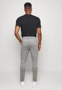 boohoo MAN - CHECKED SMART JOGGER - Pantaloni sportivi - grey - 2