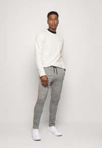 boohoo MAN - CHECKED SMART JOGGER - Pantaloni sportivi - grey - 1