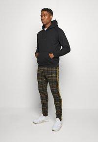 boohoo MAN - TAPE DETAIL SMART JOGGER - Pantaloni - black - 1