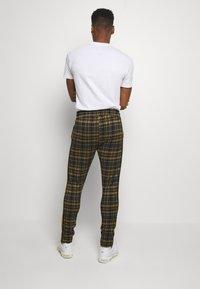 boohoo MAN - TAPE DETAIL SMART JOGGER - Pantaloni - black - 2