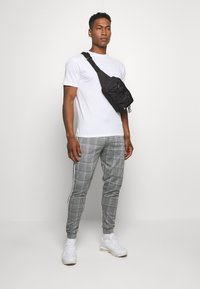 boohoo MAN - SIGNATURE CUFFED JOGGER WITH TAPE - Trousers - grey - 1