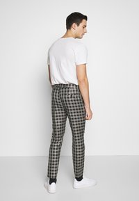 boohoo MAN - SKINNY FIT CROPPED TROUSER - Kalhoty - grey - 2