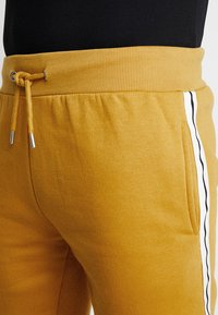 boohoo MAN - MID LENGTH WITH CONTRAST TAPE - Shorts - mustard - 4