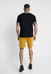 boohoo MAN - MID LENGTH WITH CONTRAST TAPE - Shorts - mustard - 2