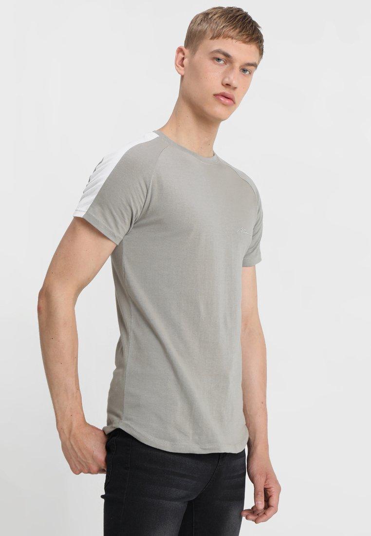 boohoo MAN - MUSCLE FIT WITH CONTRAST RAGLAN PANEL - T-shirt print - khaki