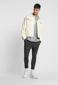 boohoo MAN - Camiseta estampada - mid grey - 1