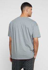 boohoo MAN - Camiseta estampada - mid grey - 2