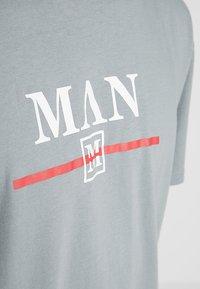 boohoo MAN - Camiseta estampada - mid grey - 4