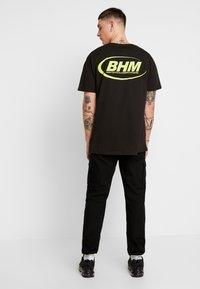 boohoo MAN - MAN LOOSE FIT TEE  - T-shirt print - black - 2
