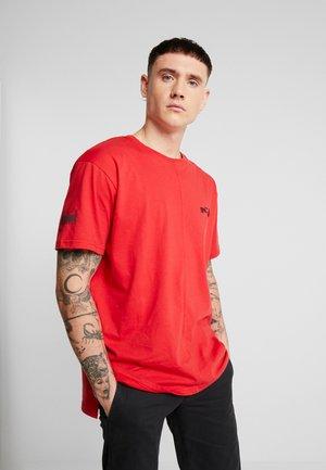 LOOSE FIT SPLIT HEM - T-shirt con stampa - red
