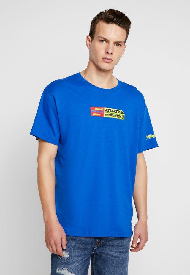 MAN TEE WITH MULTI TAB - T-shirt print - blue