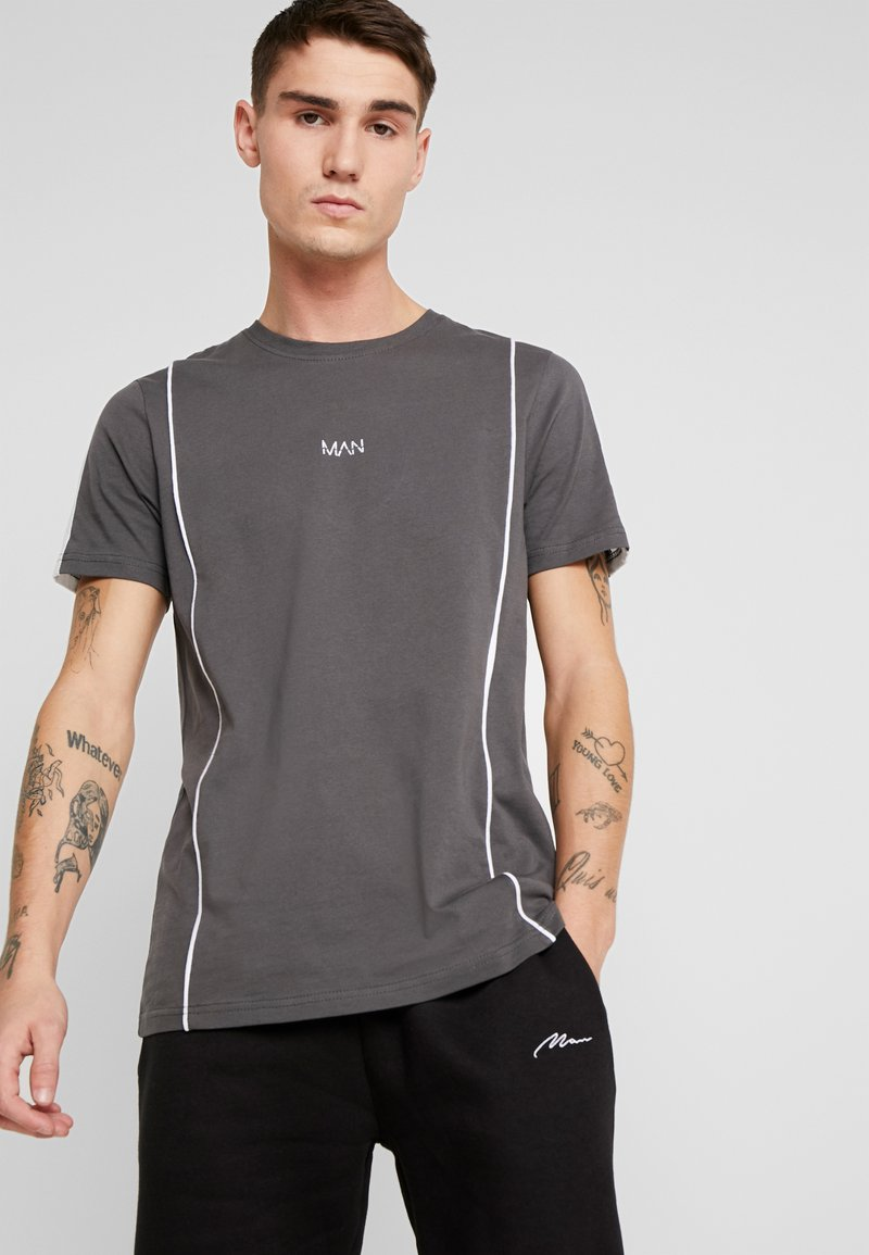 boohoo MAN - COLOUR BLOCK DASH EMBROIDERY - T-shirt con stampa - grey