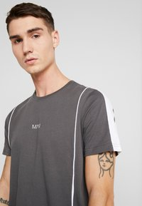 boohoo MAN - COLOUR BLOCK DASH EMBROIDERY - T-shirt con stampa - grey - 4