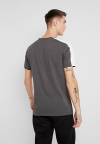 boohoo MAN - COLOUR BLOCK DASH EMBROIDERY - T-shirt con stampa - grey - 2