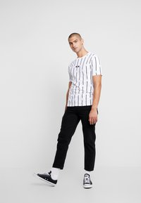 boohoo MAN - STRIPE PRINTED WITH WOVEN - T-shirt med print - white - 1