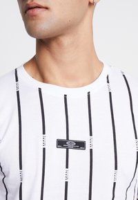 boohoo MAN - STRIPE PRINTED WITH WOVEN - T-shirt med print - white - 4