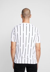 boohoo MAN - STRIPE PRINTED WITH WOVEN - T-shirt med print - white - 2