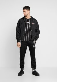 boohoo MAN - STRIPE PRINTED WITH WOVEN - T-shirt med print - black - 1