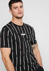boohoo MAN - STRIPE PRINTED WITH WOVEN - T-shirt med print - black - 3