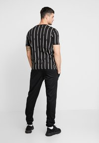 boohoo MAN - STRIPE PRINTED WITH WOVEN - T-shirt med print - black - 2
