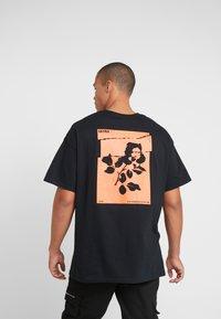 boohoo MAN - ROSE FRONT AND BACK  - T-shirt med print - black - 2