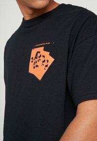 boohoo MAN - ROSE FRONT AND BACK  - T-shirt med print - black - 4
