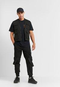 boohoo MAN - ROSE FRONT AND BACK  - T-shirt med print - black - 1