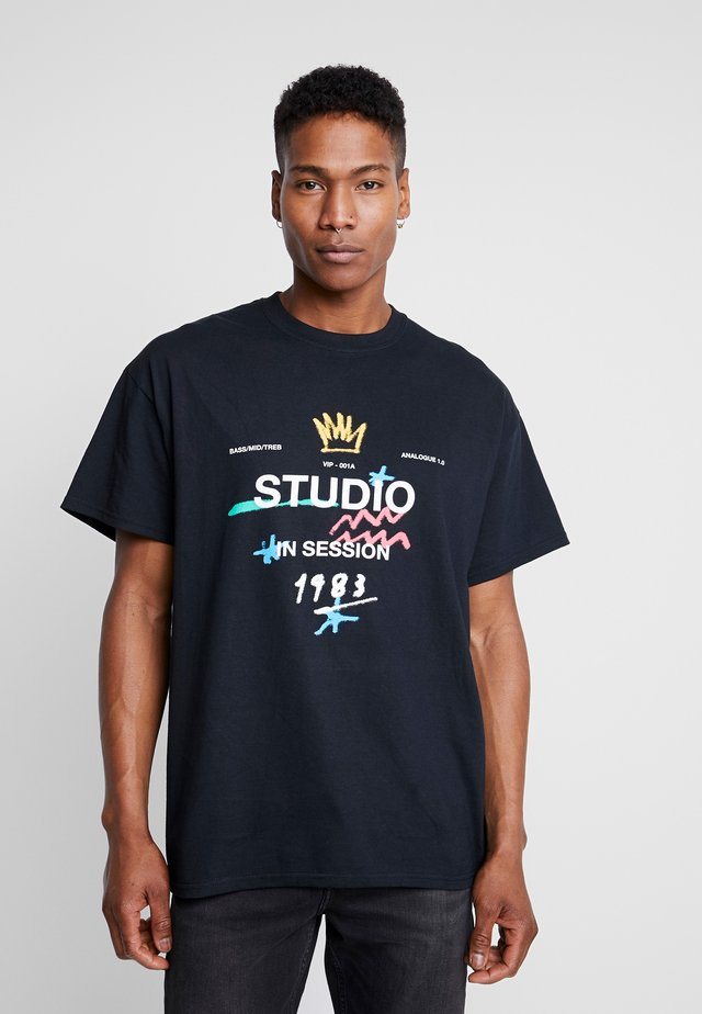 STUDIO PRINT OVERSIZED - T-Shirt print - black
