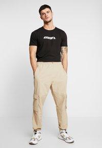 boohoo MAN - MAN SEASON  - T-shirt med print - black - 1