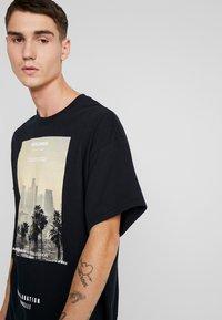 boohoo MAN - EXHILATRATION OVERSIZED - T-shirt imprimé - black - 5