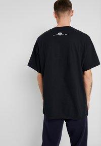 boohoo MAN - EXHILATRATION OVERSIZED - T-shirt imprimé - black - 2