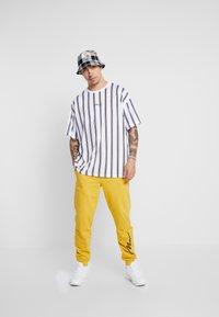 boohoo MAN - STRIPE SIGNATURE  - T-shirt con stampa - white - 1