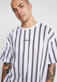 boohoo MAN - STRIPE SIGNATURE  - T-shirt con stampa - white - 3