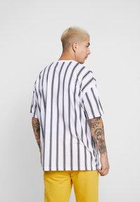 boohoo MAN - STRIPE SIGNATURE  - T-shirt con stampa - white - 2
