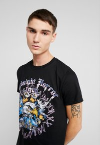 boohoo MAN - MIDNIGHT HORROR WITH STUDS - T-shirt con stampa - black - 3