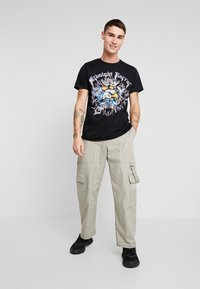 boohoo MAN - MIDNIGHT HORROR WITH STUDS - T-shirt con stampa - black - 1