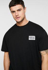 boohoo MAN - MAN WORLDWIDE BOXY FIT  - T-shirt con stampa - black - 3