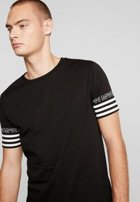boohoo MAN - SLEEVE STRIPE  - T-shirt z nadrukiem - black - 4