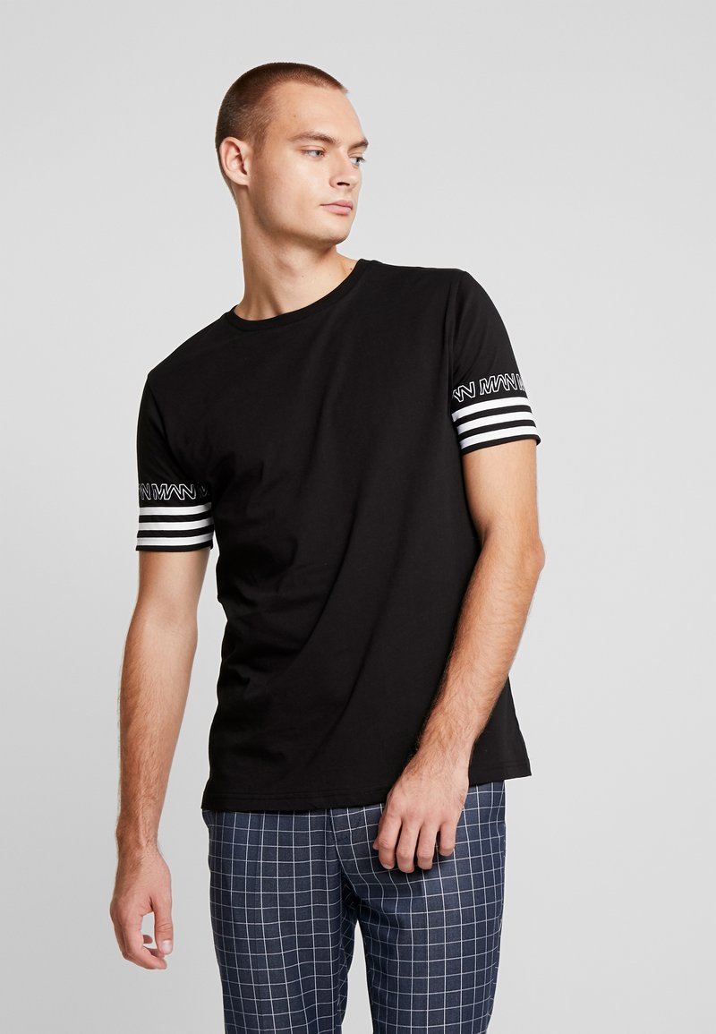 boohoo MAN - SLEEVE STRIPE  - T-shirt z nadrukiem - black