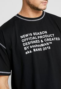 boohoo MAN - NEW SEASON MAN OVERSIZED  - T-shirt imprimé - black - 5