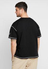 boohoo MAN - NEW SEASON MAN OVERSIZED  - T-shirt imprimé - black - 2