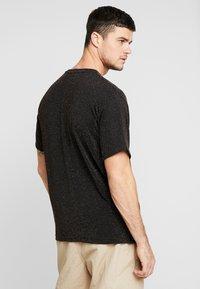 boohoo MAN - SHORT SLEEVE SPARKLE TEE - T-shirt con stampa - black - 2