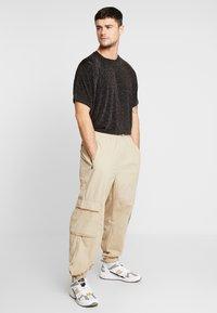 boohoo MAN - SHORT SLEEVE SPARKLE TEE - T-shirt con stampa - black - 1