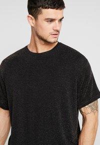 boohoo MAN - SHORT SLEEVE SPARKLE TEE - T-shirt con stampa - black - 3