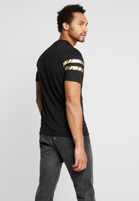 boohoo MAN - MAN WITH STRIPES - T-shirt med print - black - 2
