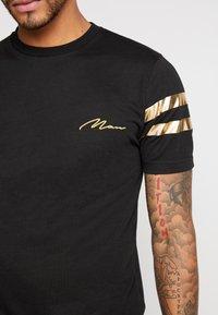 boohoo MAN - MAN WITH STRIPES - T-shirt med print - black - 5