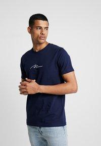 boohoo MAN - MAN SIGNATURE EMBROIDERED  - Print T-shirt - navy - 0
