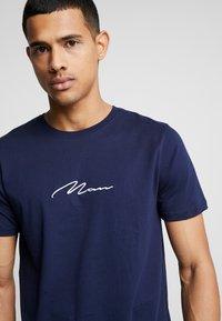 boohoo MAN - MAN SIGNATURE EMBROIDERED  - Print T-shirt - navy - 4