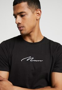 boohoo MAN - MAN SIGNATURE EMBROIDERED  - T-shirt med print - black - 4