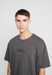 boohoo MAN - SIGNATURE EMBROIDERED OVERSIZED - Print T-shirt - grey - 4